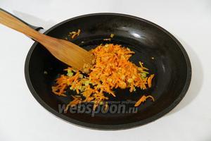 Затем добавляем морковь. Обжариваем ещё пару минут.