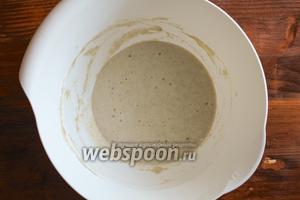 На следующий день закваска будет выглядеть так (смотрите фото). На поверхности будут несколько крупных пузырьков и запах теста будет приятный, чуть кисловатый. Приготовьте ещё одну порцию теста смешав 115 г муки и 120 мл воды. Добавьте тесто к закваске и хорошо перемешайте до образования однородной массы. Закройте закваску пищевой плёнкой и уберите в миску с водой на 24 часа.