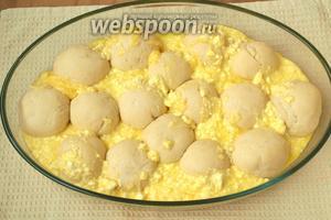 В промежутки булочек заливаем полученную смесь. После выпечки булочки будут «запечатаны» в этой заливке. Духовку разогреваем до 180°C.