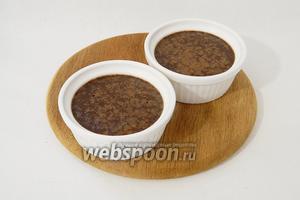 Готовим крем-брюле при температуре 110°C в течении 1,5 часов. При покачивании формочек, готовое крем-брюле должно слегка подрагивать.