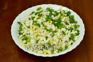 Для третьей начинки смешиваем мелко порубленные вареные яйца с зелёным луком, солим.