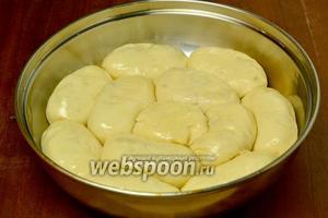 Смазываем форму маслом, пирожки укладываем кольцами: в каждом кольце разная начинка. Сверху смазываем пирожки растопленным сливочным маслом.