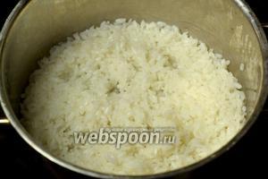 Для первой начинки начинки варим рис из полстакана риса и одного стакана воды, посолив по вкусу.