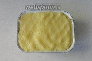 Смазываем форму маслом и выкладываем горячую кашу. Хорошо утрамбовываем. Остужаем при комнатной температуре.