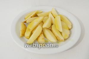 Сбрызгиваем картофель оливковым маслом.