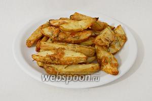 Готовый картофель выкладываем на тарелки и подаём. Приятного аппетита!