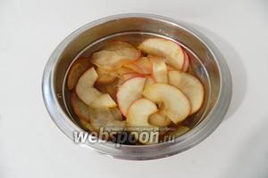 Воде с пряностями даём покипеть минут 5, добавляем в неё яблоки и варим на слабом огне ещё 10-15 минут. Яблоки не должны развариться.