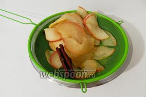 Мягкие яблоки отбрасываем на дуршлаг и даём стечь лишней жидкости.