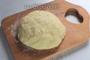 В картофельное пюре добавить яйцо и добавляя частями муку, замесить не липнущее к рукам тесто.