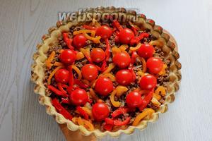 Выложить на тесто фарш с луком, обжаренный перец и уложить порезанные помидоры.