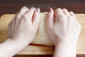 Затем нужно вымесить тесто на столе. Если требуется, то добавить ещё немного муки. Тесто для лепёшек не должно быть слишком мягким. Накрыть тесто полотенцем и оставить в тёплом месте на 40 минут.