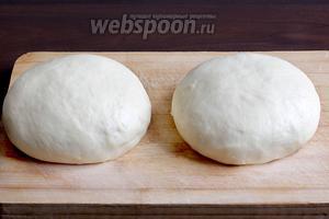 Затем снова немного подмесить тесто, разделить его на 2 части, сформировать одинаковые колобки и опять оставить на 30 минут, накрыв полотенцем. Тесто не должно подниматься, как для пирогов, оно почти не изменяется в размере.