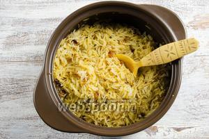 Рис перемешать. Поставить в горячую духовку до испарения оставшейся влаги, чтобы рис получился рассыпчатым. Температура 160°С, подержать в духовке до мягкости риса в течение 20 минут. Рисинки должны быть ровными.