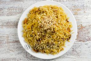Готовый рис выложить на блюдо. Подавать к обеду или ужину. Сверху посыпать небольшим количеством измельчённого жареного миндаля.