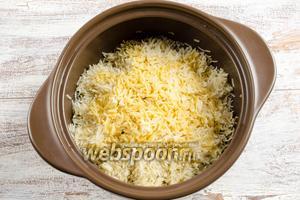 В почти готовый рис влить сахарный сироп с шафраном.