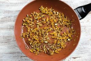 Миндаль помыть, обжарить, измельчить. На 2 ст. л. топлёного масла обжарить орехи с изюмом в течение 3 минут. Изюм немного набухнет.