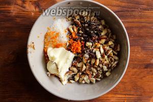 Миндаль и шоколад мелко порубите ножом и насыпьте в мисочку. Туда же добавьте сливочное масло, сахар, цедру 1 апельсина и 2 ст. л. апельсинового сока.