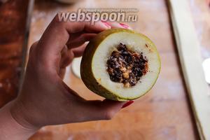 Наполните каждую грушу шоколадно-ореховой начинкой. Плотно утрамбовывайте её небольшой ложкой, чтобы поместилось как можно больше.