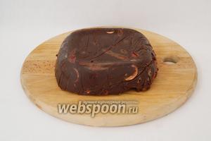 Когда шоколад затвердеет, шоколад вынимаем из формы, убираем пищевую плёнку.