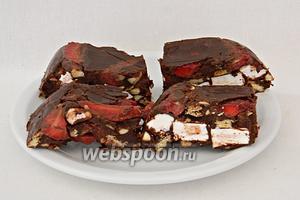 Нарезаем шоколад на батончики и подаём. Высота и размер готовых батончиков может быть любая, на ваш вкус.
