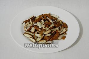 Обжариваем и измельчаем миндаль (можно взять любые другие орехи).