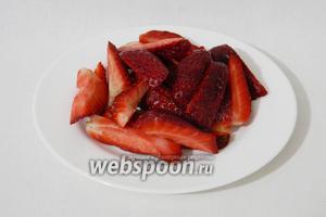 Нарезаем клубнику на 4-6 частей (можно заменить малиной или красной смородиной, но их измельчать не надо).