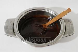 На слабом огне или на водяной бане, или в СВЧ растапливаем шоколод и сливочное масло. Перемешиваем до однородности.
