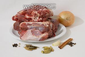 Мансеф с бараниной лучше всего начинать с приготовления самой баранины, так как этот этап занимает больше всего времени. Для этого возьмём баранину на косточке, лук, чеснок, кардамон, лавровый лист, корицу, гвоздику, лавровый лист, перец горошком, соль по вкусу.