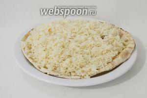 Когда все готово, приступаем к сборке блюда. На большую тарелку или поднос выкладываем тонкий лаваш. Сверху высыпаем рис.
