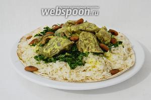 Сверху рис обильно поливаем оставшимся соусом и посыпаем орехами. Приятного аппетита!