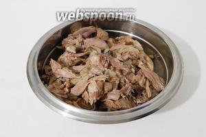 Вынимаем мясо из кастрюли и снимаем его с кости.
