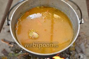 Залейте горячей водой, которую заранее вскипятите. Вода должна слегка возвышаться над рисом, где-то на толщину одного пальца.