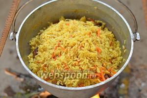 Но до этого, минут через 10, нужно убрать крышку полностью и собрать рис горкой. Вода должна вся испариться. Не перемешивайте плов при приготовлении! Готовый плов выложите на блюдо и подавайте гостям. Приятного аппетита!