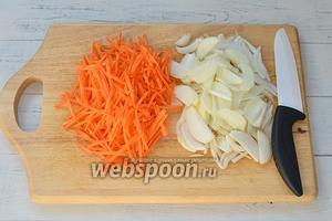 Лук и морковь почистите и промойте. Порежьте лук полукольцами, а морковь крупной соломкой.