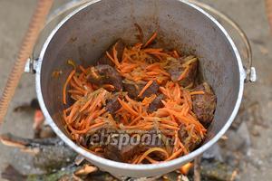 Теперь добавьте морковь, перемешайте и готовьте до её мягкости.