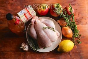 Для рецепта вам понадобится цыплёнок бройлер весом 1,5 кг, 2 луковицы репчатого лука, 1 лимон, бутылка французского яблочного сидра, сливки жирностью не менее 33%, сладкие хрустящие яблоки (в моём случае сорта Pink Lady), чеснок и пучок свежего тимьяна.