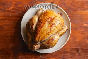Растопите в жаровне 2 ст. л. сливочного масла и обжарьте птицу на сильном огне со всех сторон до образования золотистой корочки. Достаньте курицу из жаровни и переложите на блюдо.