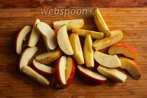 Пока запекается курица, порежьте яблоки на дольки и сбрызните лимонным соком.
