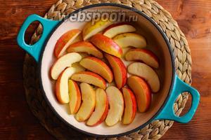 В глубокой сковороде растопите 1 ст. л. сливочного масла, добавьте 60 мл воды и сахар. Нагрейте на среднем огне, чтобы растопить сахар и добавьте в сковороду дольки яблок.