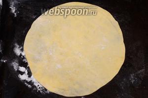 Раскатываем песочное тесто и вырезаем круг, чуть больше чем размер блинов.