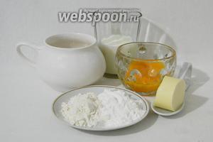 Пока печётся пляцок готовим крем для прослойки самых пирожных. Для этого подготовим яйца (оставшиеся желтки), сахар, молоко, муку, кукурузный крахмал, масло сливочное, ванильный сахар или эссенция.