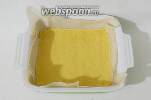 Подготовленное песочное тесто должно быть очень тонко раскатано. Дно формы выстилаем пергаментной бумагой и выкладываем на неё тесто.