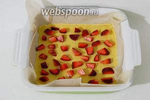 Сверху, на тесто, выкладываем клубнику или любые другие ягоды. Так же можно использовать замороженные ягоды.