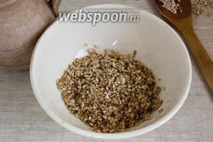Первым делом нужно подготовить крупу и грибы. Перловую крупу следует тщательно промыть.