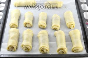 Выложить пирожки на противень, проложенный кулинарной бумагой.