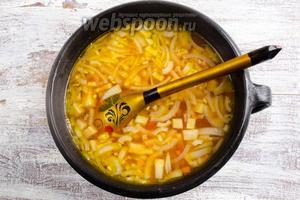 К овощам добавить томатную заправку. Перемешать. Довести до кипения.
