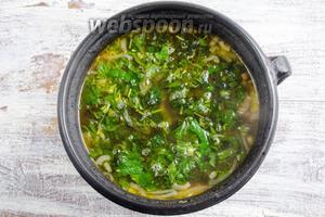 Добавить крапиву в суп. Довести до кипения.