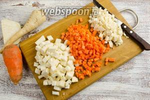 Приготовить корешки. Морковь и корни очистить, нарезать кубиком.
