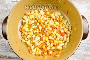 Разогреть в сковороде растительное масло 2 ст. л. Выложить подготовленные овощи. Пассеровать до мягкости в течение 10-15 минут.