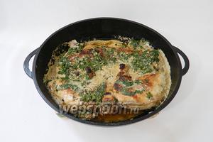 Сковороду накрываем крышкой и тушим цыплёнка минут 10 на слабом огне.